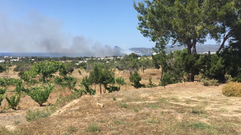 Desalojadas unas 70 personas por el incendio de Port des Torrent