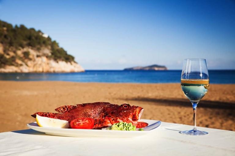 Los restaurantes de pescado y marisco más populares de Ibiza