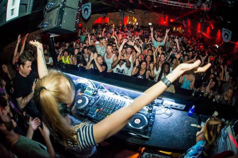 Следуй за вечеринкой на DC10 Ibiza