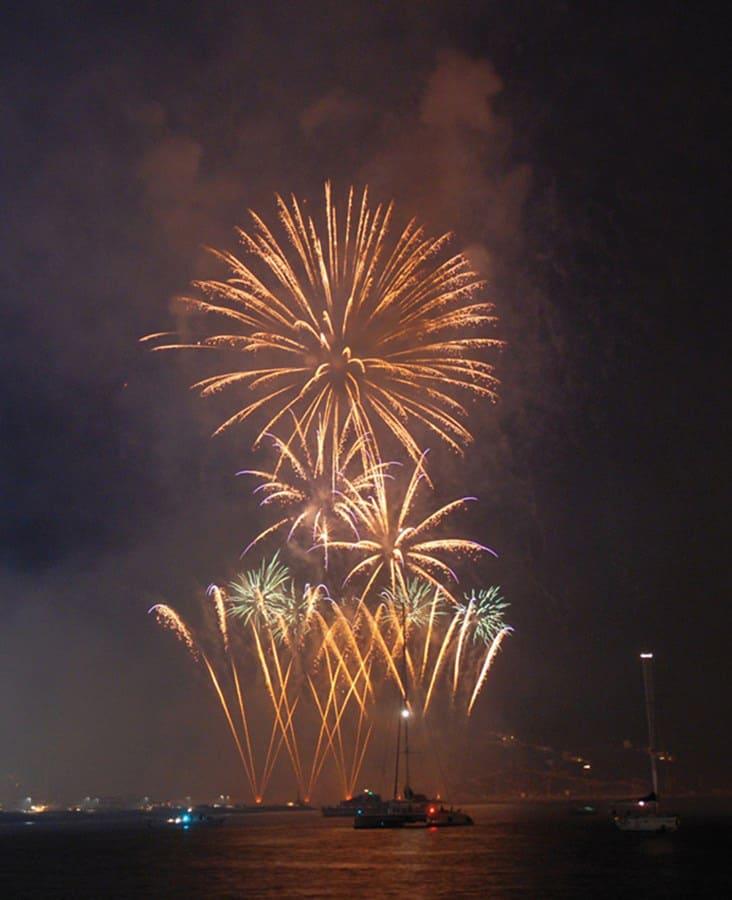 Das kommerzielle Dock des Hafens von Ibiza öffnet sich, damit Sie das Feuerwerk genießen können