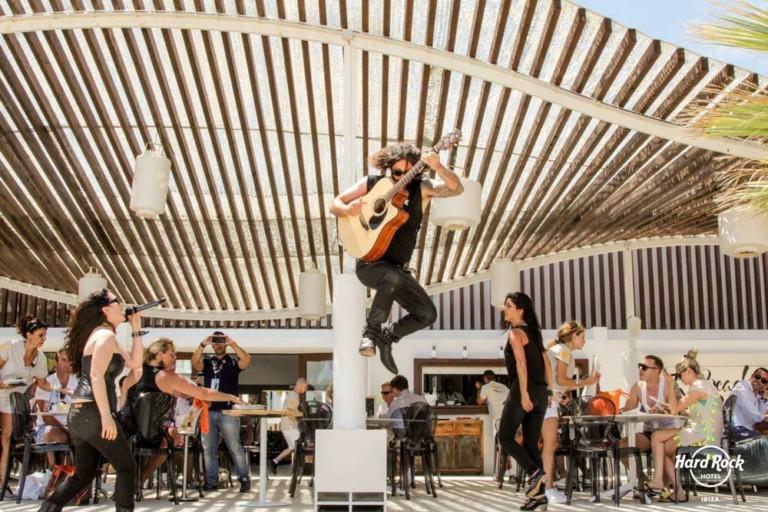 Hard Rock Hotel Ibiza и его фантастическая кампания по чистке пляжа