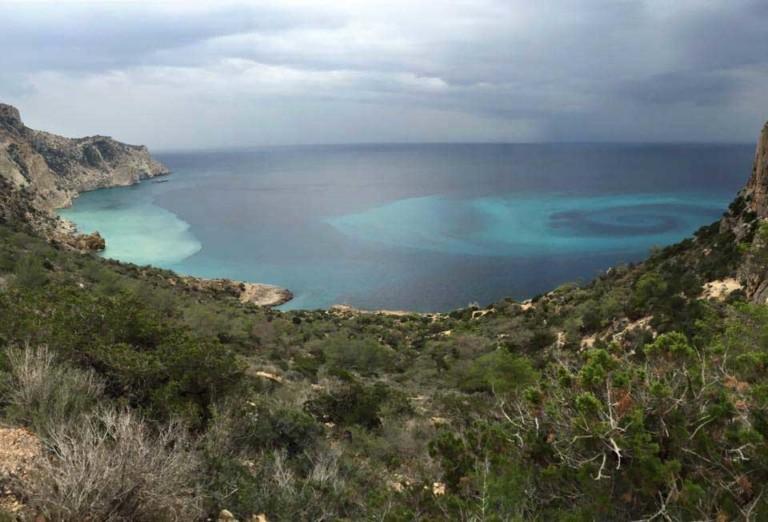 Eine mysteriöse Spirale im Meer von Ibiza neben Es Vedrà
