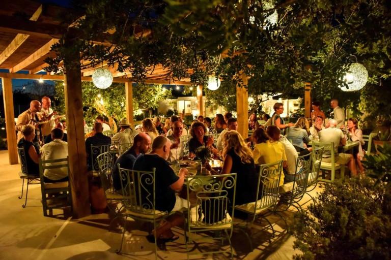 Cena bajo las estrellas y música en vivo en Aubergine Ibiza