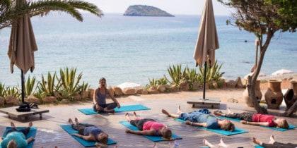 Séances de yoga matinales avec petit-déjeuner face à la mer à Aiyana Ibiza Deportes