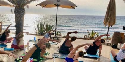 Morgendliche Yogastunden mit Frühstück vor dem Meer im Aiyaanna Ibiza Deportes