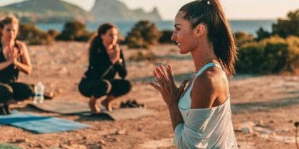 Yoga und Frühstück im Hostal La Torre, um das Wochenende in großem Stil zu beginnen. Ibiza Conscious Events